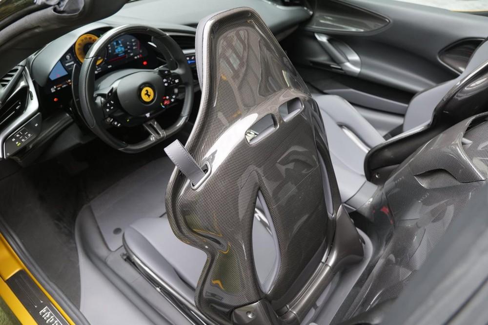 Ghế xe Ferrari SF90 Spider bằng carbon