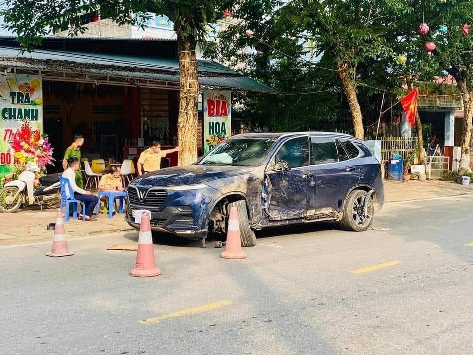 Vụ tai nạn khiến xe VinFast LUX SA2.0 hư hỏng nặng, gãy trục bánh trước, túi khí khoang lái bung ra