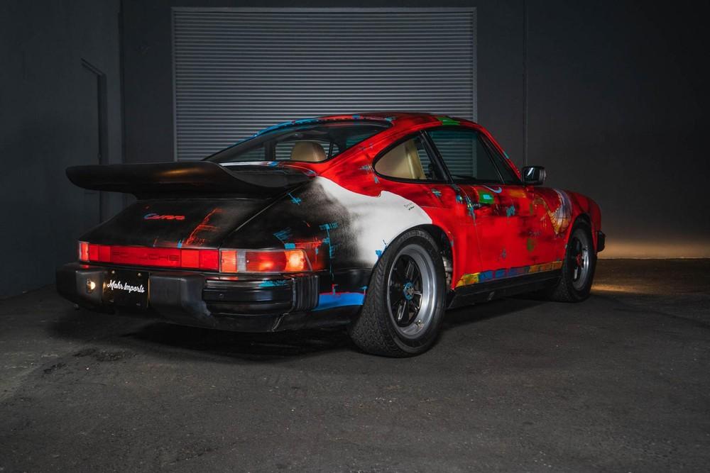 Phía sau của chiếc Porsche 911 Carrera 1989 nghệ thuật