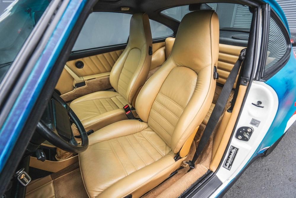 Nội thất của chiếc Porsche 911 Carrera 1989 nghệ thuật