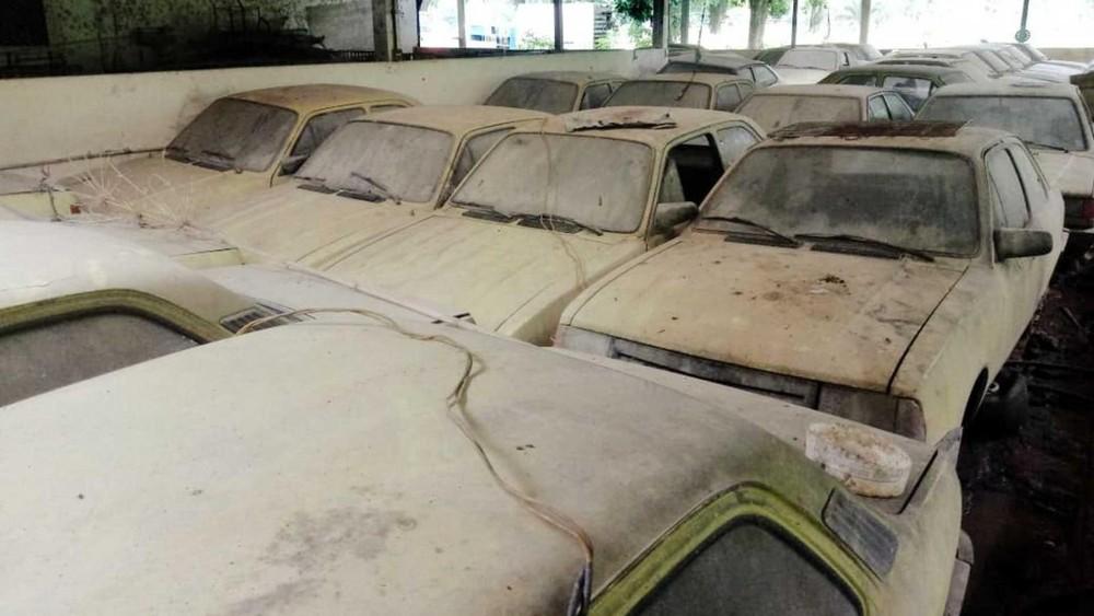Những chiếc Chevrolet Chevette bị phủ bụi được tìm thấy tại Brazil