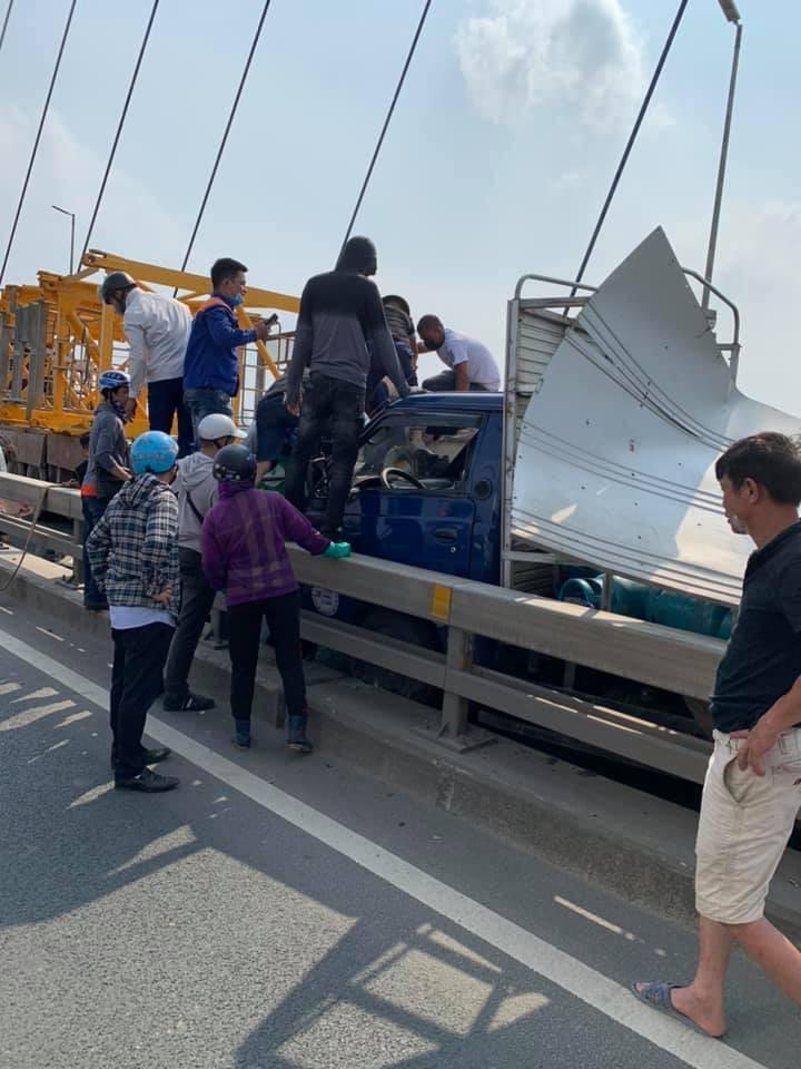 Cả hai chiếc ô tô tải đều bị hỏng nặng sau vụ tai nạn