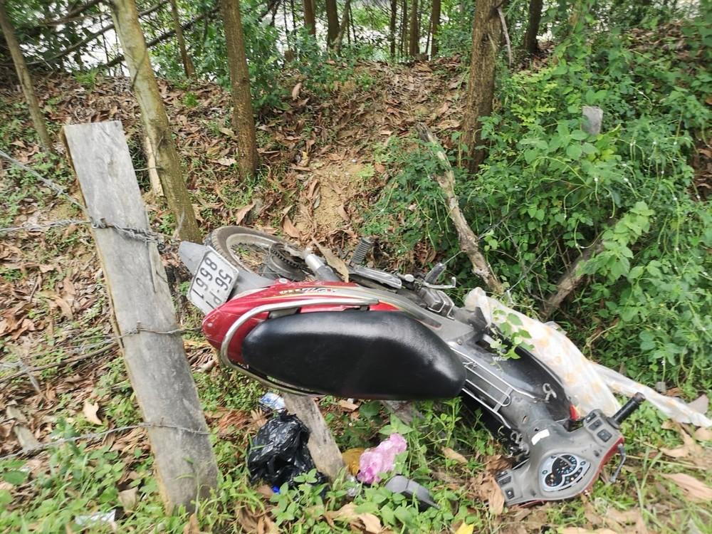 Chiếc xe máy cắm đầu xuống rãnh thoát nước bên đường