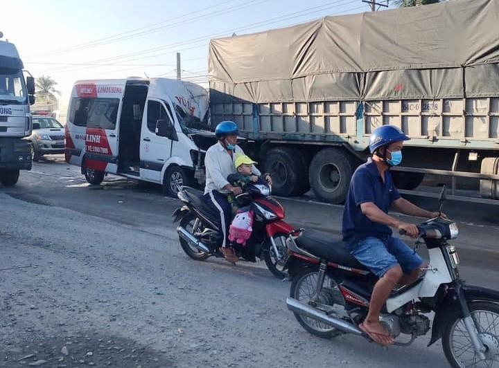 Hiện trường vụ tai nạn xe Limousine tông đuôi xe tải trên QL1A vào sáng nay