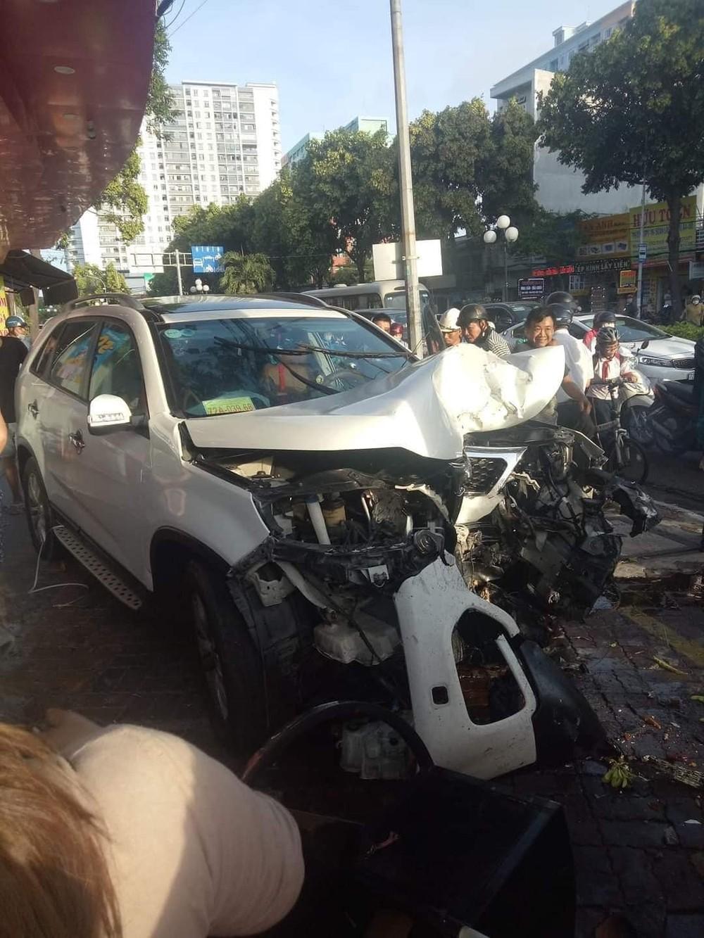 Chiếc xe Kia Sorento vỡ nát hết phần đầu xe