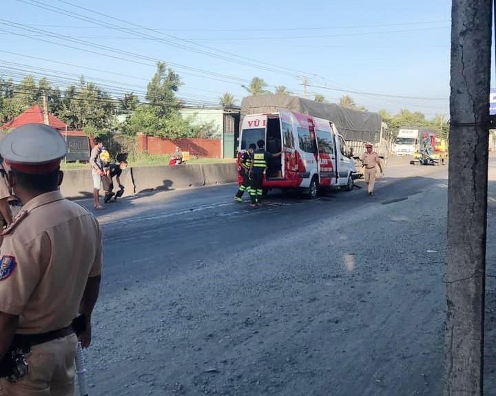 Lực lượng chức năng đang xử lý hiện trường vụ tai nạn
