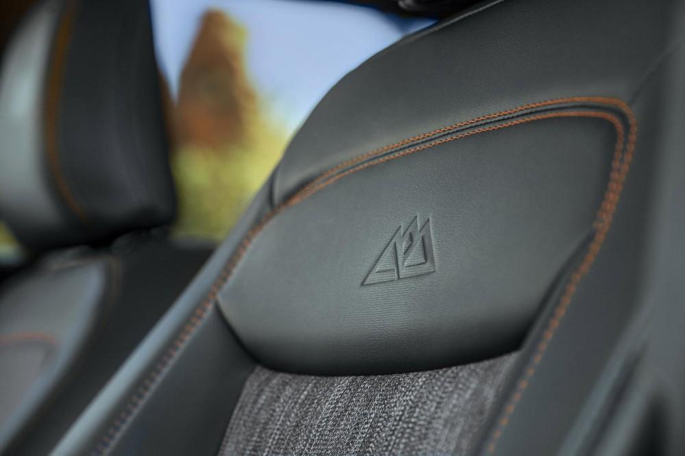 Tựa đầu ghế với logo Timberline của Ford Explorer Timberline 2021