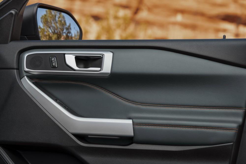 Bệ tì tay trên mặt cửa màu bạc của Ford Explorer Timberline 2021