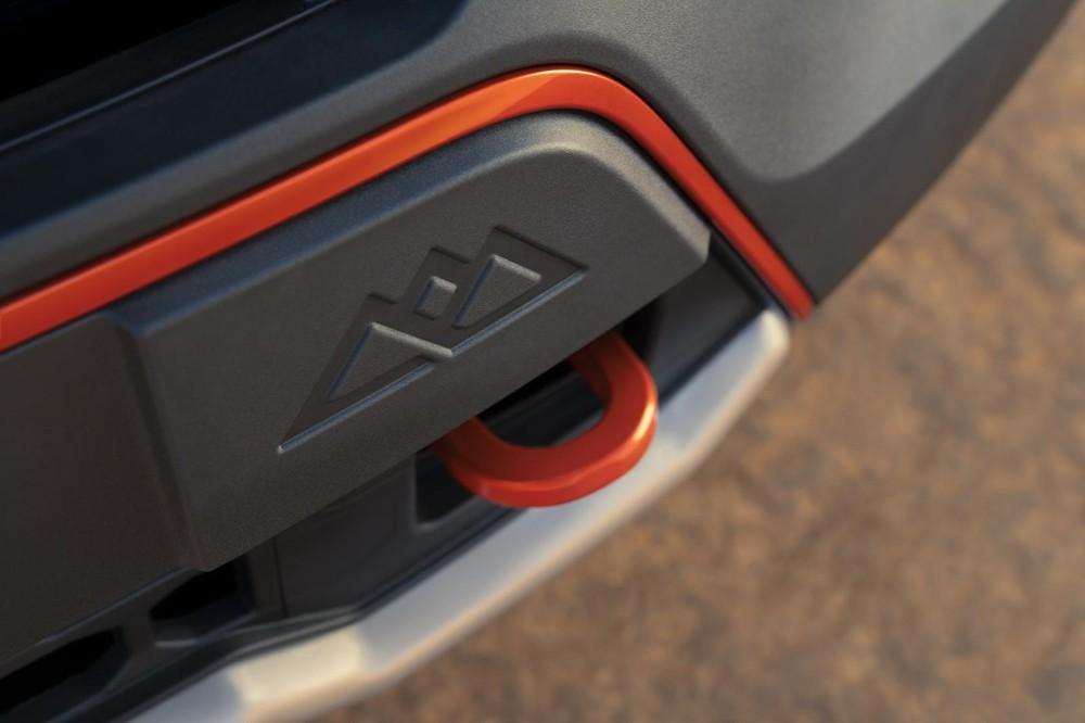 Móc kéo màu đỏ ở đầu xe của Ford Explorer Timberline 2021