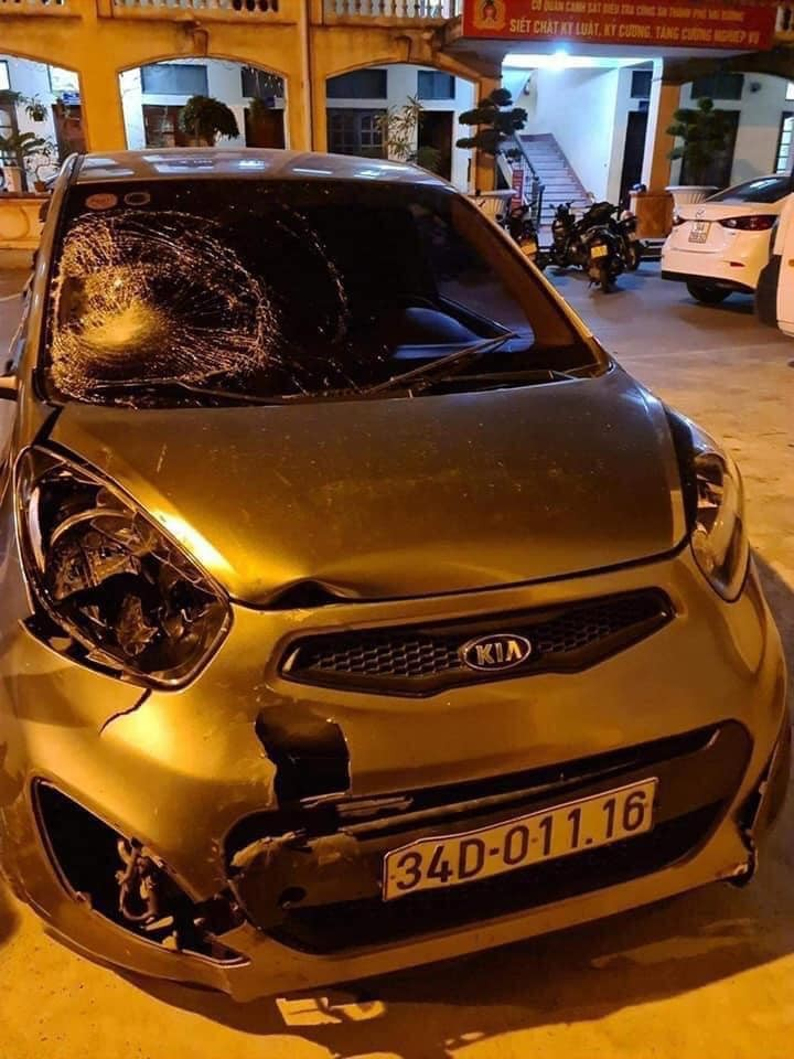 Chiếc Kia Morning bị hư hỏng nặng đầu xe sau tai nạn liên hoàn