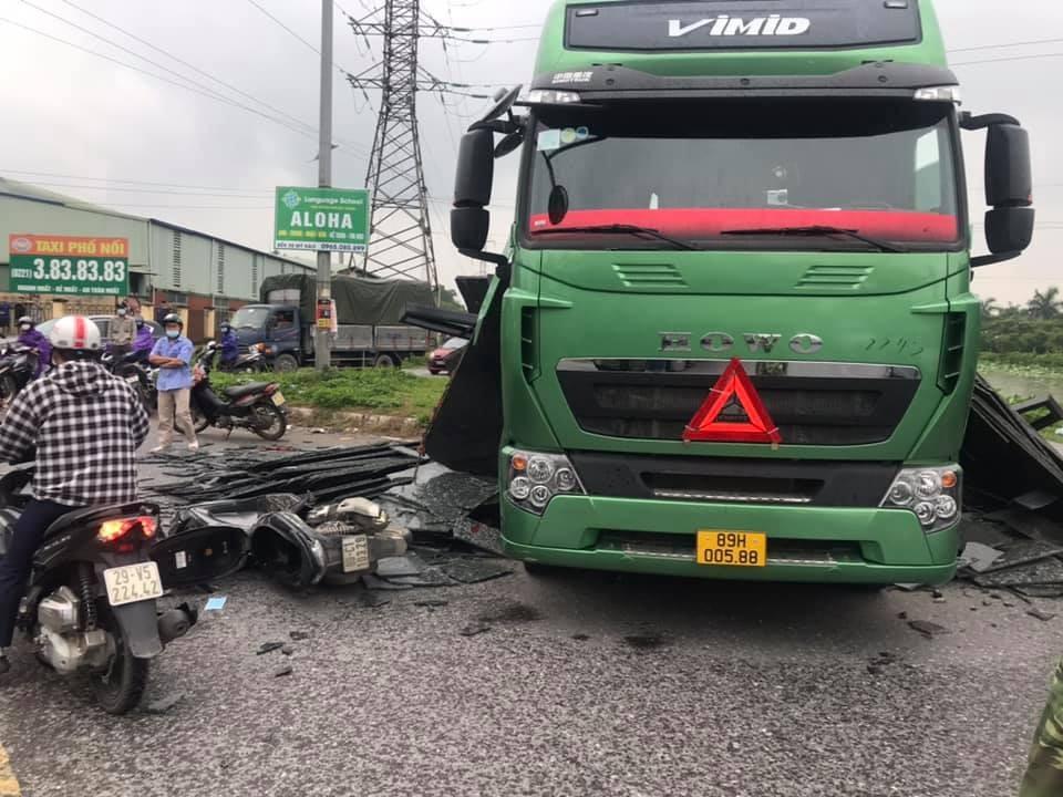 Chiếc xe máy cùng xe đầu kéo hư hỏng nặng