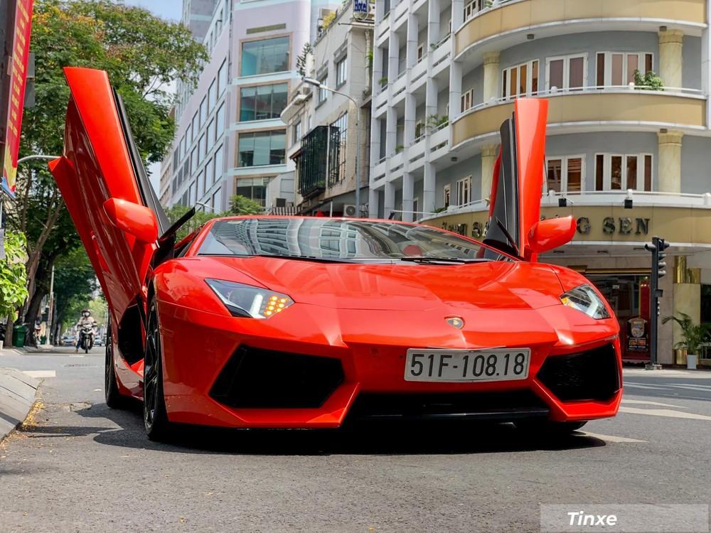 Lamborghini Aventador LP700-4 sở hữu kiểu cửa cắt kéo