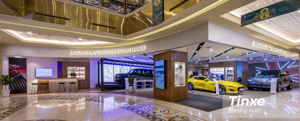 Toàn cảnh không gian trưng bày Jaguar Land Rover mới được khai trương tại Hà Nội.