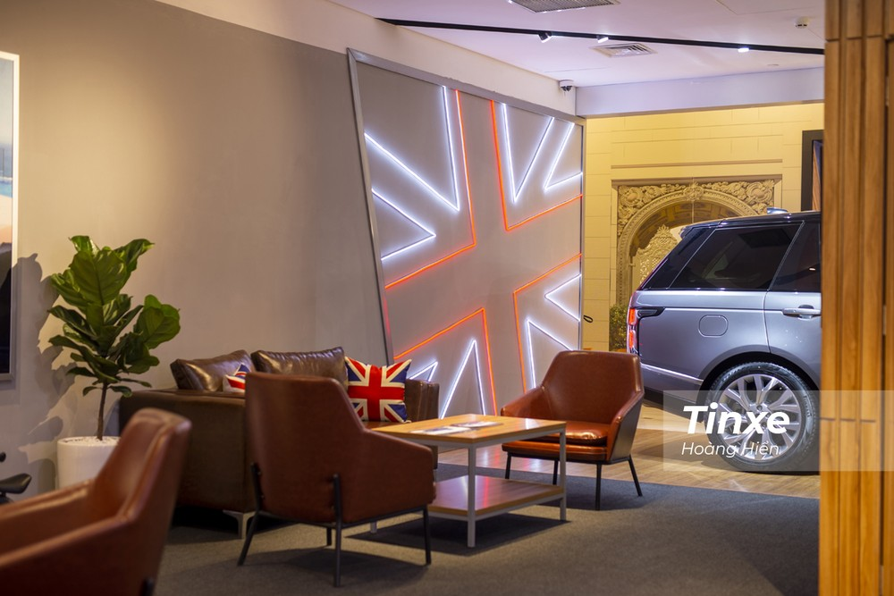 Góc thư giãn dành cho những khách hàng đam mê xe tại các Studio xe sang.