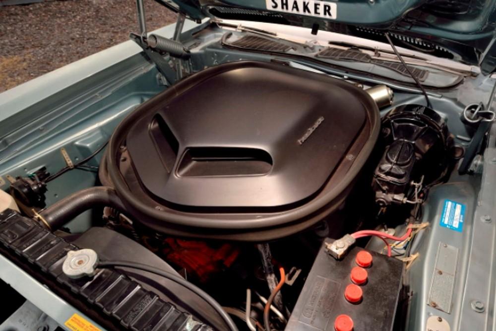 Khoang động cơ của Plymouth Hemi Cuda Convertible 1971