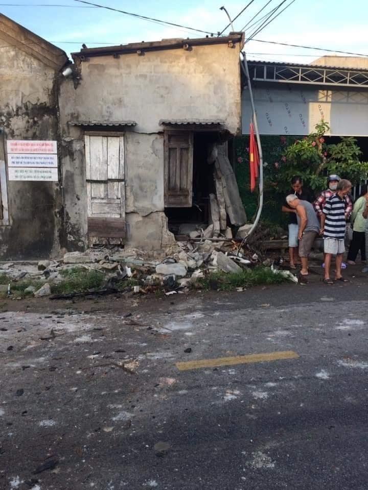 Bức tường của nhà dân bị thủng một mảng lớn
