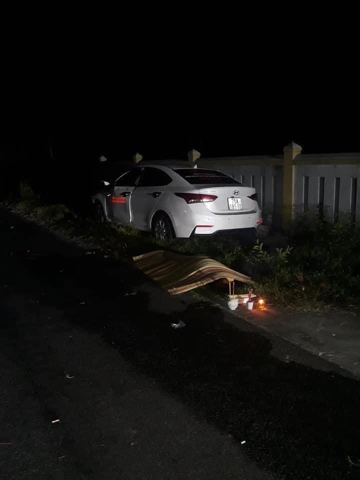 1 cô gái ngồi trên chiếc ô tô Hyundai Accent tử vong
