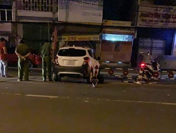 Chiếc xe VinFast Fadil tông vào dải phân cách giữa đường
