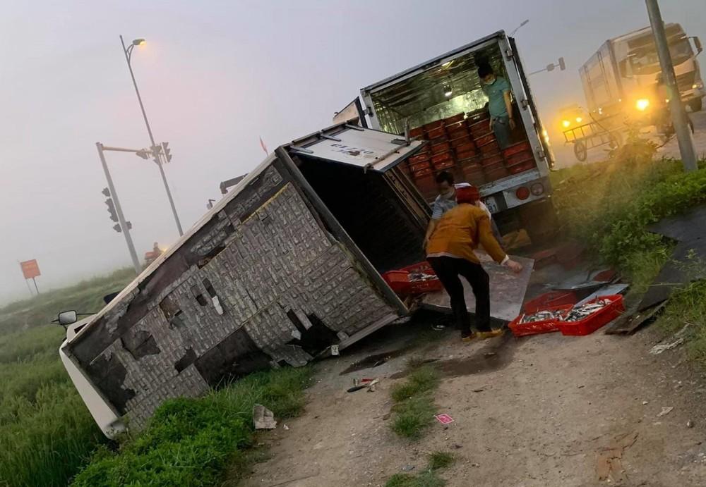 1 xe tải được điều động để đưa số hàng trong xe tải gặp nạn đi ra nơi khác