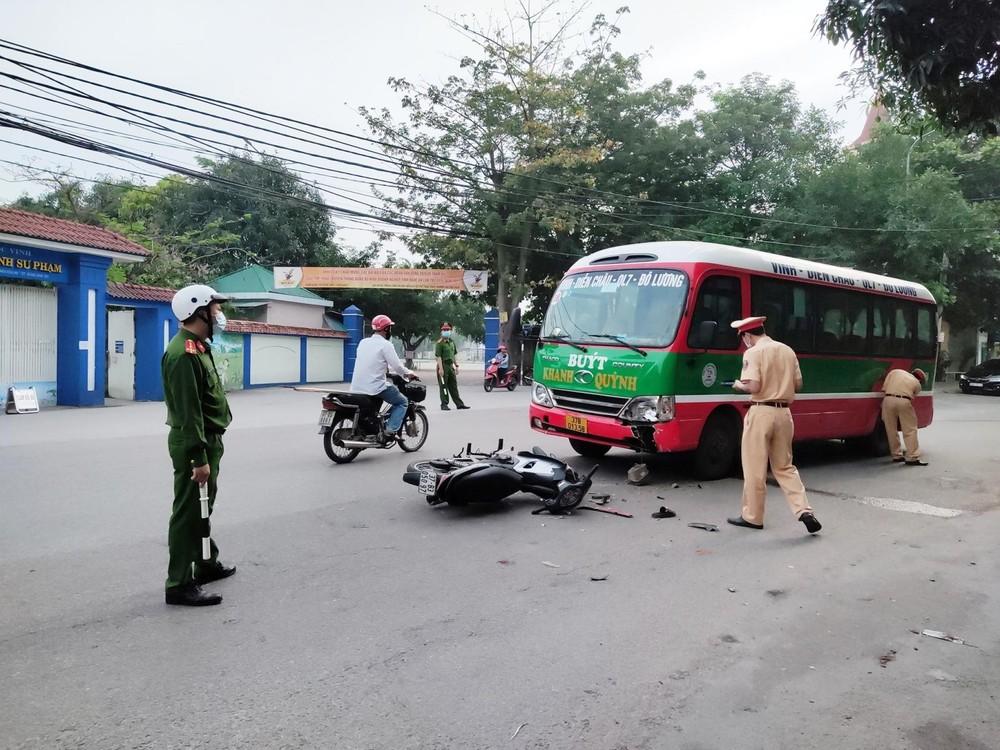 Hiện trường vụ tai nạn giữa xe buýt và xe máy trước cổng trường Thực hành Sư phạm, Đại học Vinh