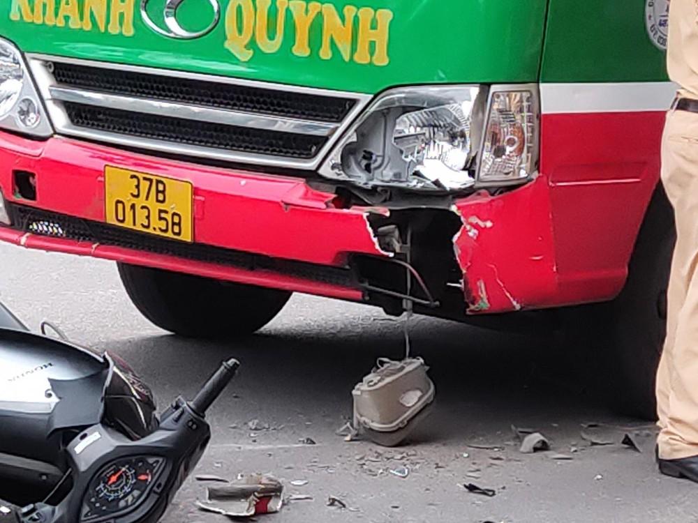 Thiệt hại của chiếc xe buýt sau va chạm với xe máy