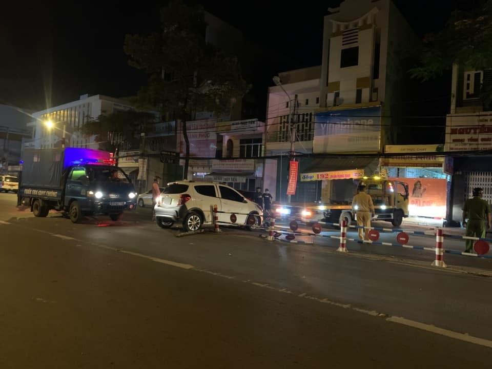 Lực lượng chức năng điều động xe cứu hộ đến để cẩu xe VinFast Fadil rời hỏi hiện trường tai nạn