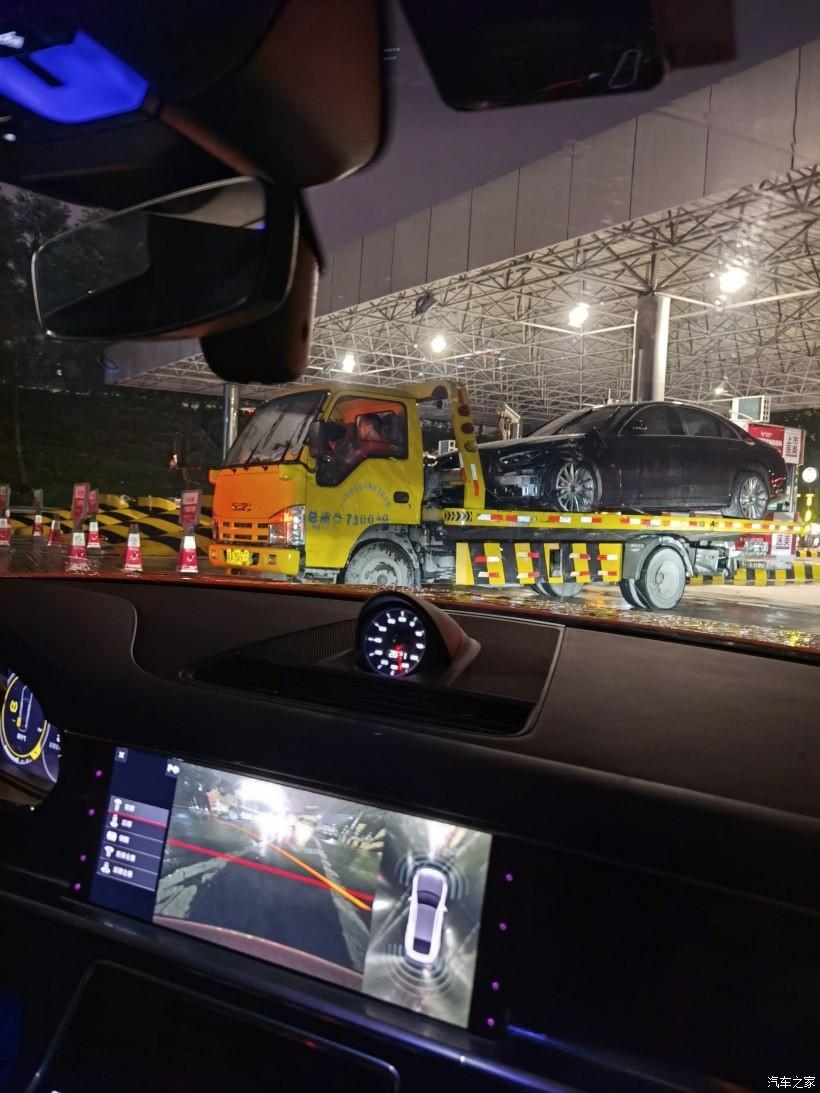 Chiếc Mercedes-Benz S-Class 2021 còn tự động gọi xe cứu hộ đến hiện trường sau vụ tai nạn