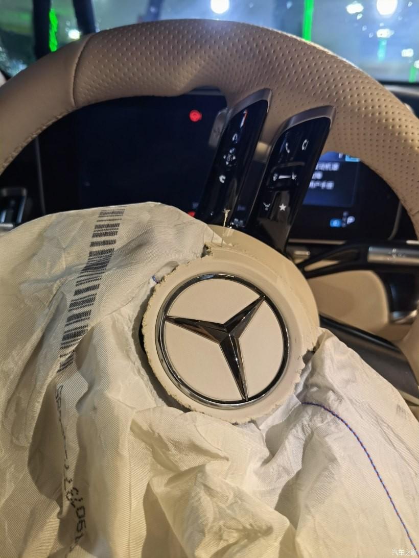 Túi khí trước của chiếc Mercedes-Benz S-Class 2021