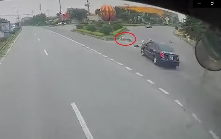 Hai người đi xe máy ngã xuống đường sau vụ tai nạn