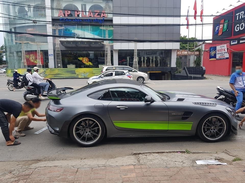 Chiếc siêu xe Mercedes-AMG GT R Pro độc nhất vô nhị tại Việt Nam đang được gắn biển số