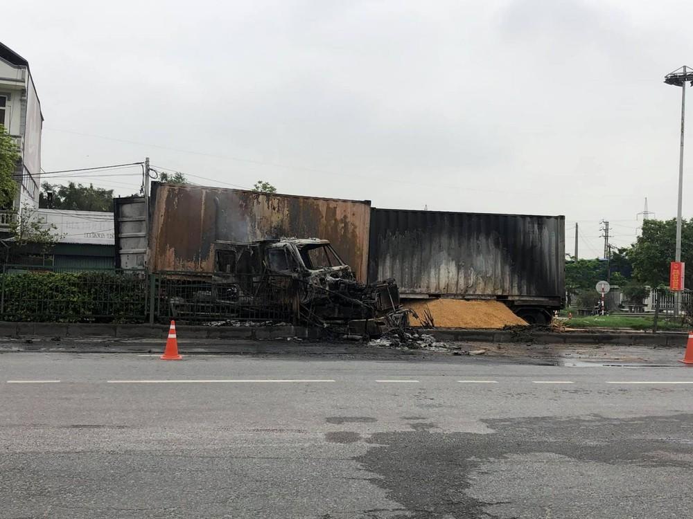 Chiếc xe container chở lúa mạch cháy rụi cabin sau va chạm với xe container khácChiếc xe container chở lúa mạch cháy rụi cabin sau va chạm với xe container khác