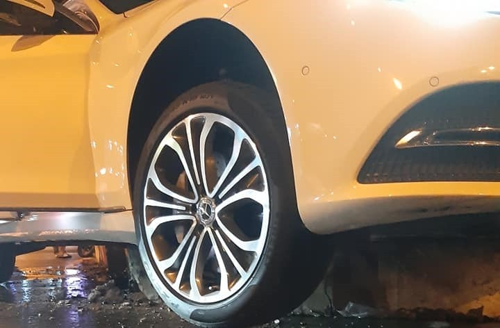 Chiếc xe Mercedes-Benz S450 bị mắc kẹt sau khi tông vào vòng xoay này