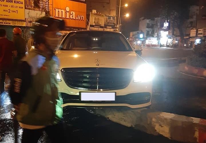 Hiện trường vụ tai nạn xe Mercedes-Benz S-Class ở vòng xoay ngã năm Cống Quỳnh