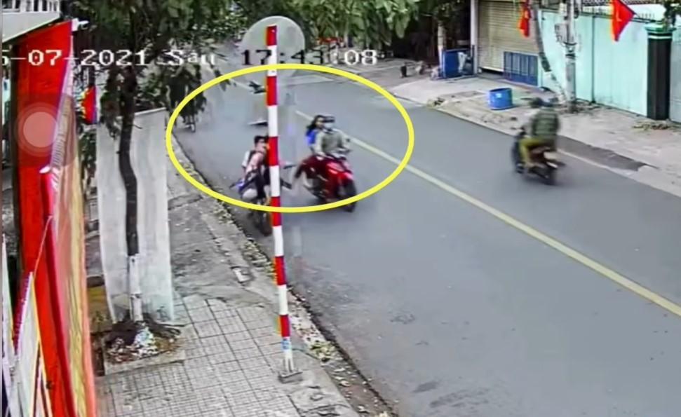 Nữ sinh ngồi sau xe máy giơ chân đạp ngã 2 nam sinh