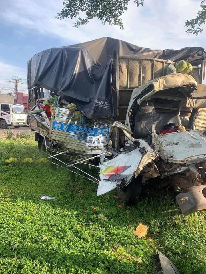 Chiếc ô tô tải hư hỏng nặng sau vụ tai nạn