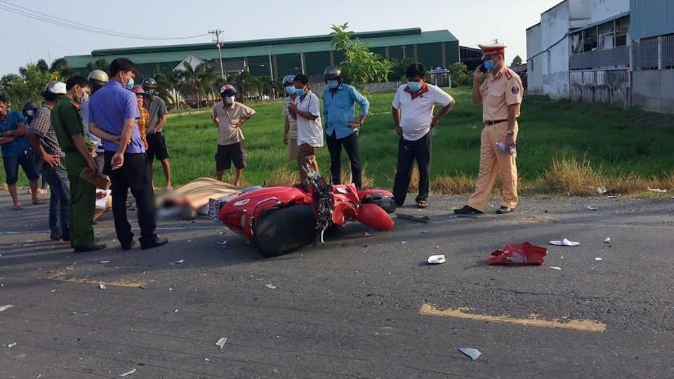2 người đàn ông tử vong cạnh xe máy