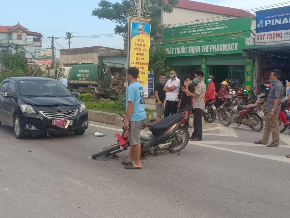 Xe máy gãy phuộc trước sau va chạm với Toyota Vios ở ngã 5, 2 người bị thương