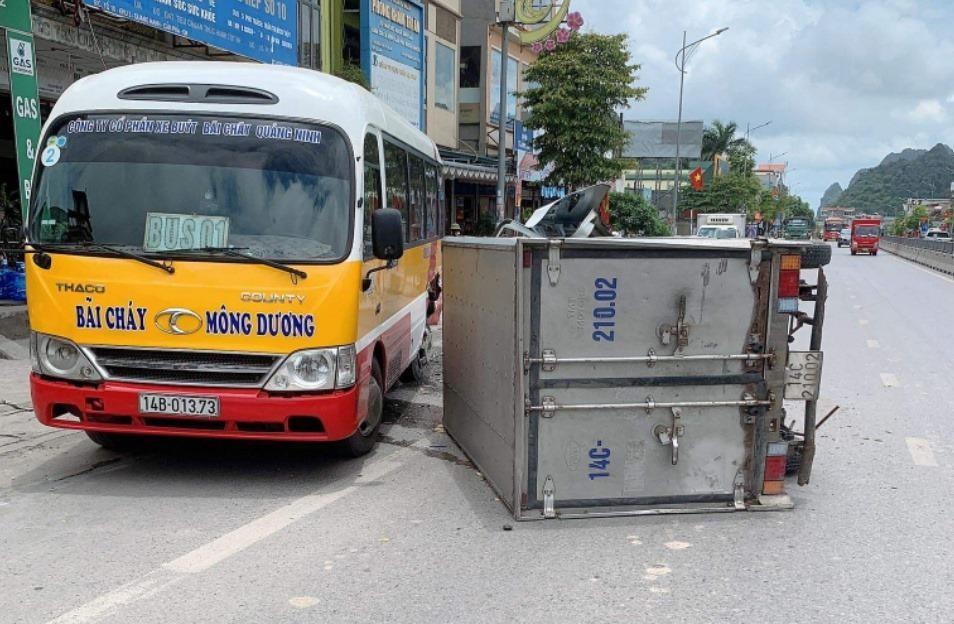 Hiện trường vụ tai nạn của xe tải và xe buýt ở Quảng Ninh vào trưa nay