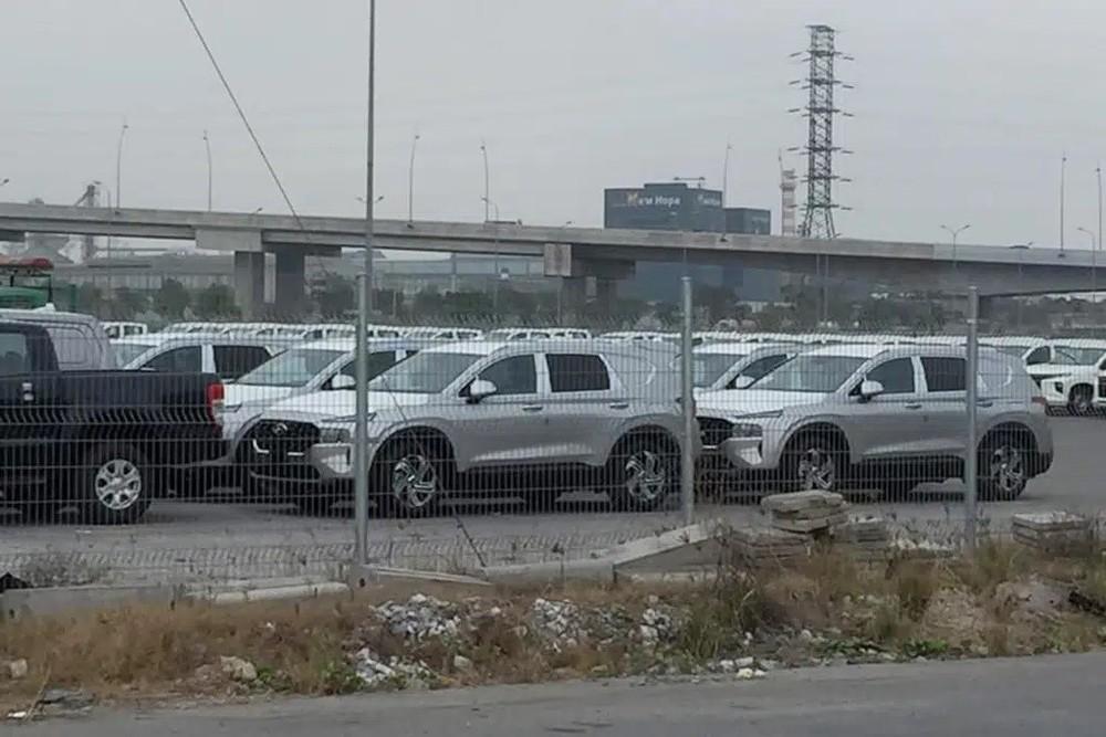 Lô Hyundai Santa Fe 2021 màu bạc được đưa về nước ta làm xe phục vụ ngân hàng vào cuối tháng 1 vừa qua.