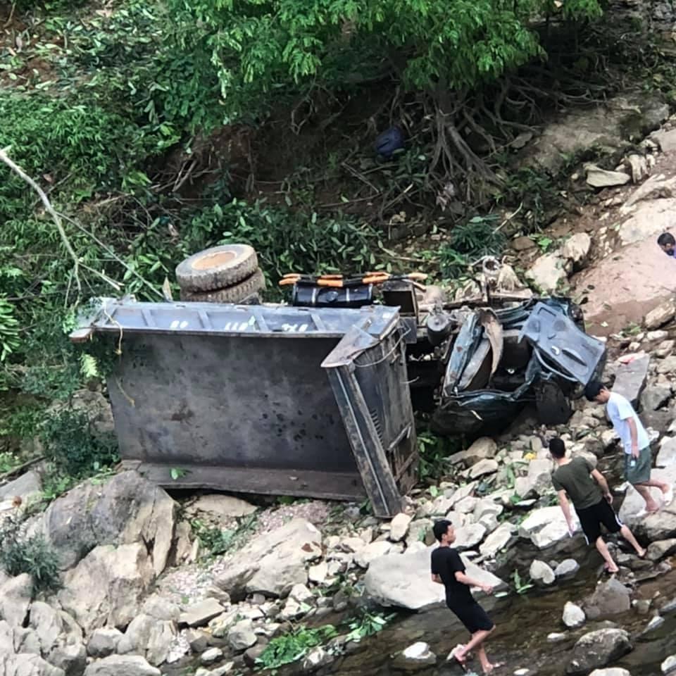 Xe tải rơi xuống vực biến dạng nghiêm trọng, lái xe may mắn thoát chết