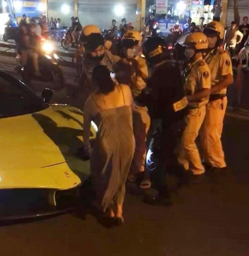 Ngay sau đó, thanh niên có những lời chửi bới lực lượng chức năng nên bị cảnh sát giao thông cùng cảnh sát cơ động trấn áp