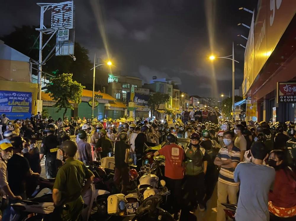 Hàng trăm người dân đứng vây quanh và tràn ra 2 bên đường Dương Bá Trạc để theo dõi vụ việc