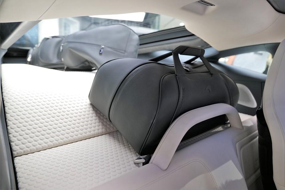 Và đây là khoang hành lý phía sau rộng rãi của siêu xe McLaren GT