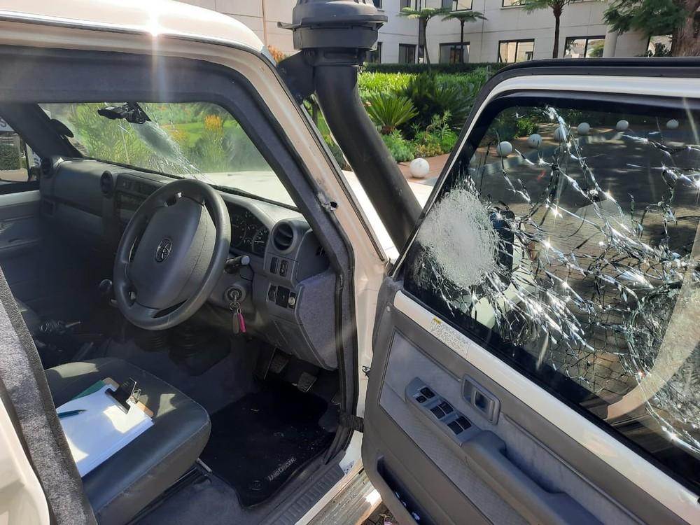 Kính cửa sổ của chiếc Toyota Land Cruiser bị rạn nứt