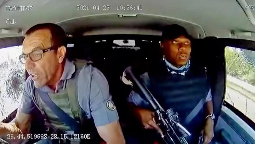 Ông Prinsloo ứng phó với bọn cướp trong khi vệ sỹ ngồi đờ người bên cạnh