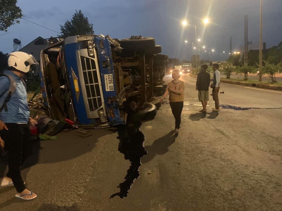 Chiếc xe tải mang biển số nước Lào lật nghiêng sau tai nạn với xe Toyota Vios