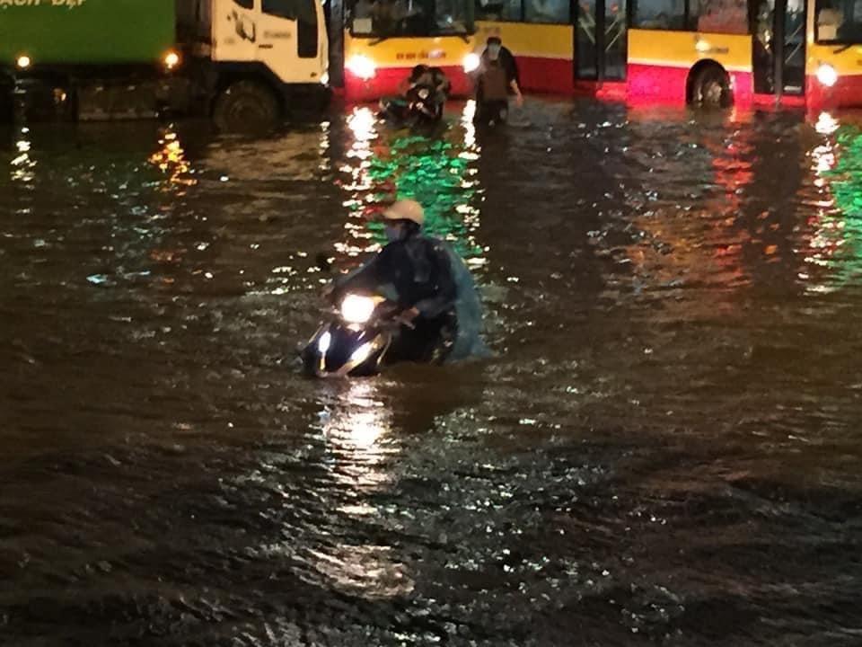 Khu vực Kim Mã - Liễu Giai ngập nặng khiến nhiều phương tiện cố đi qua đã bị chết máy.