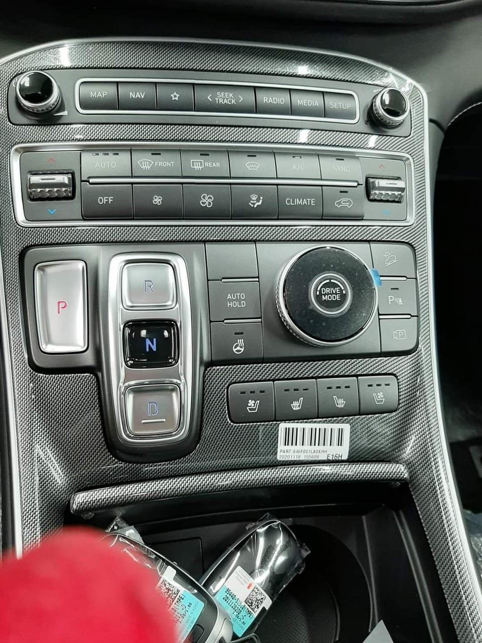 Ảnh chụp cho thấy bảng điều khiển trung tâm của xe được bao bọc bởi các chi tiết ốp giả carbon.