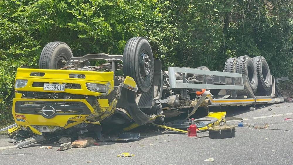 Chiếc ô tô tải lật ngửa tại hiện trường vụ tai nạn
