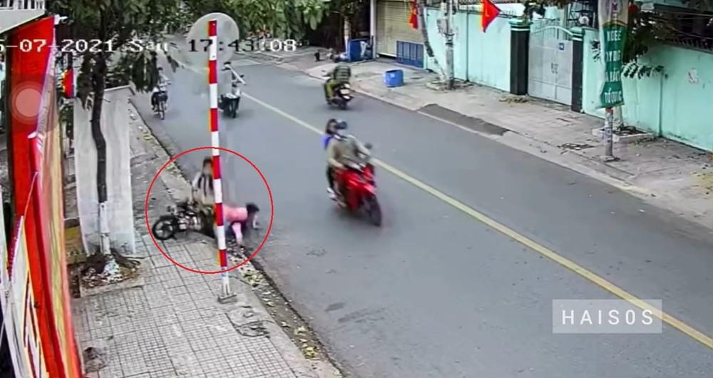 Hai em học sinh đi xe đạp điện bị đạp ngã vào lề đường